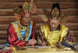 Chamanes dongba déchiffrant dans leur village un manuscrit naxi conservé en France, août 2014, droits réservés, photographie de Zhang Xu.